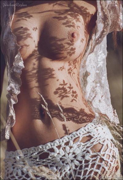 Красивый узор тенью на голой груди