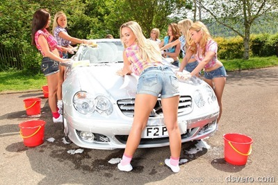 Голые девушки моют машину