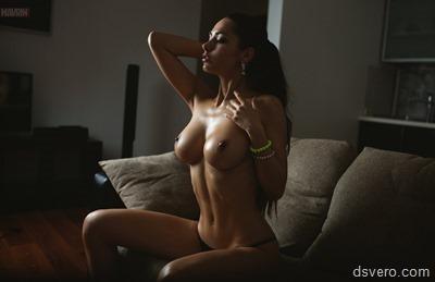 Молодая девушка с сочными формами