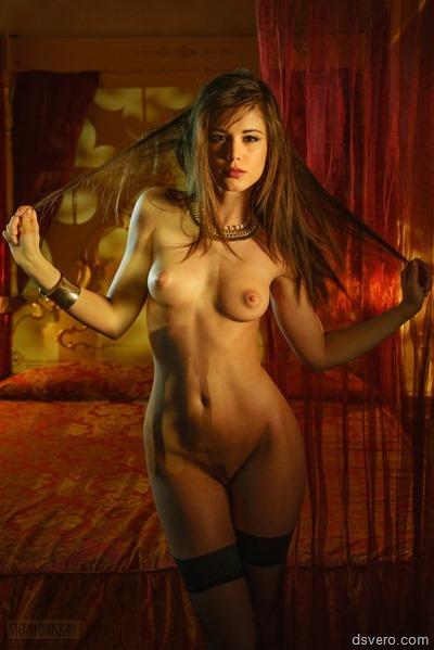 Молодая, красивая, голая Little Caprice