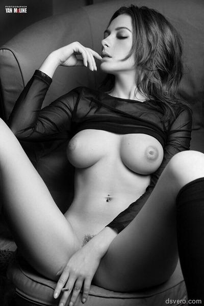 Черно-белое эротическое ню