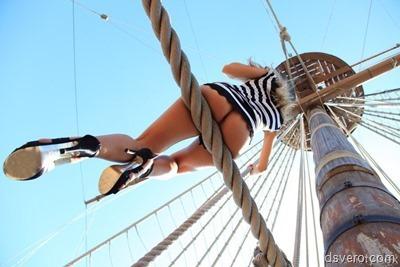 Девушка на корабле: вид попки снизу