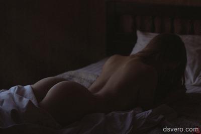 Одинокие обнаженные девушки в постели