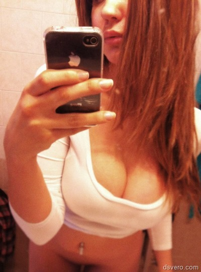 Голые девки фоткаются в зеркале
