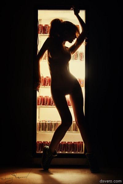Голая девушка и холодильник кока-колы