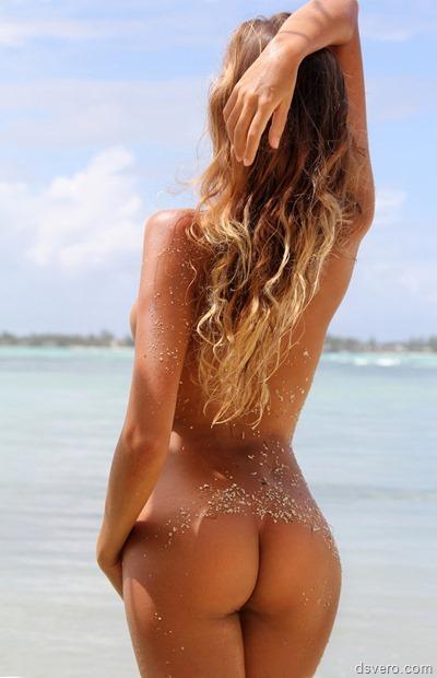 Голая девушка с красивой попой на море