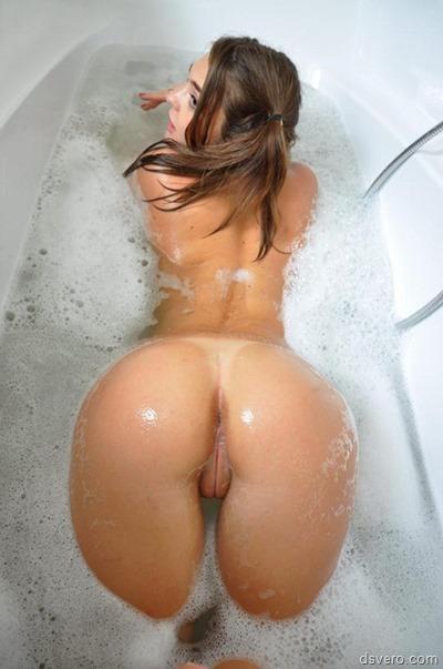 Обнаженные девушки в ванной