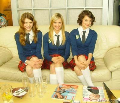 Три симпатичные девушки в форме