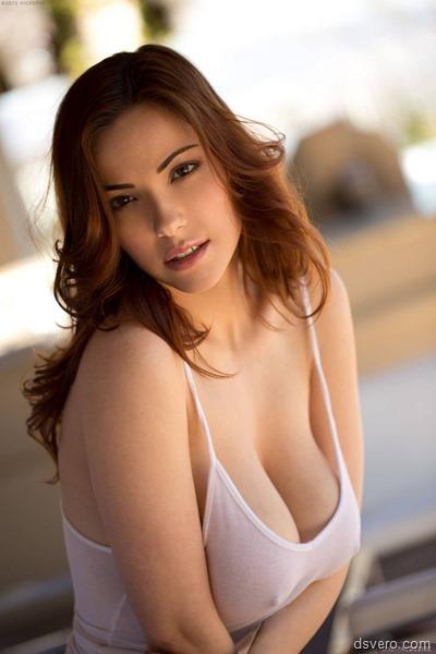 Девушка с большой грудью раздевается