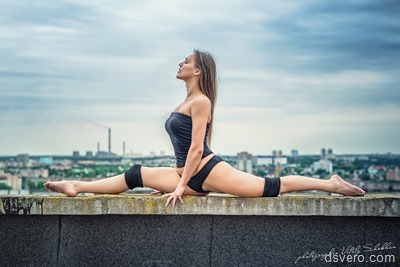 Спортивная девушка на крыше