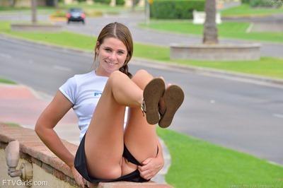 Девушка с проколотым клитором