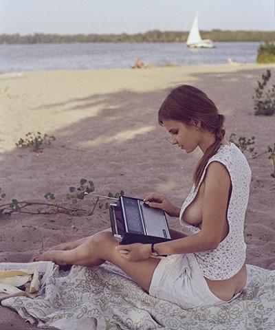 Полуголая милая девушка на пляже