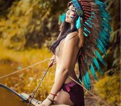 Голая девушка в костюме индейца
