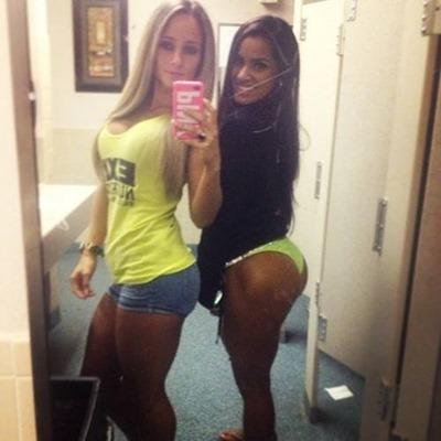 Селфи спортивных молодых девушек