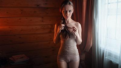 Голая девушка в постели: художественно