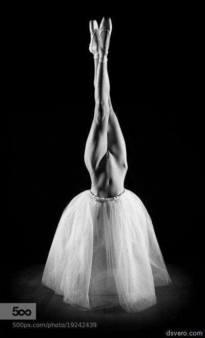 Балерина с голой писькой вверх ногами