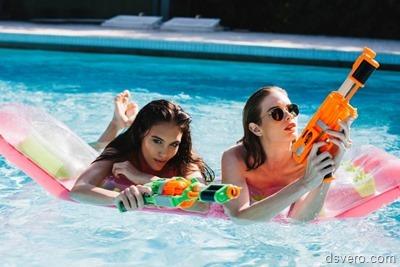 Голые девушки в бассейне