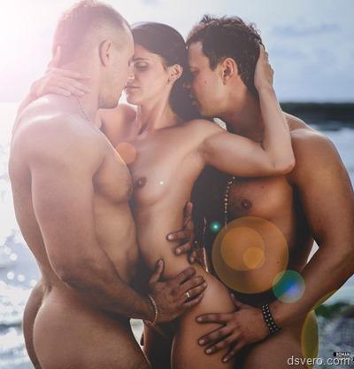 Два мужчины и одна голая девушка
