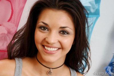 Alicia: девушка, раскрывающия губки