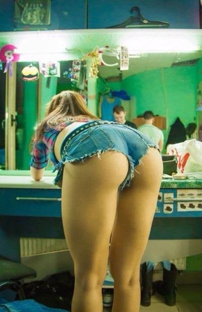 Девушки в джинсовых шортиках