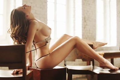 Классная голая девушка в красивой позе