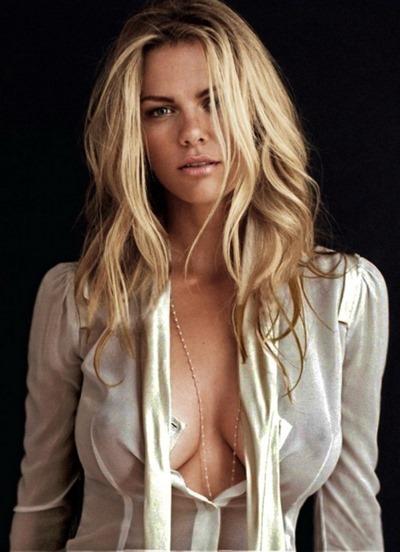 Роскошная голая блондинка с сиськами