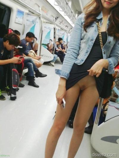 Что у девушки под юбкой?