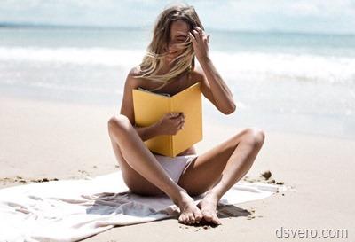 Девушка с книгой на берегу моря