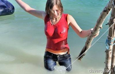 Голые девушки у воды