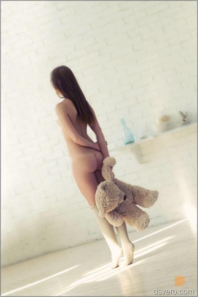 Голая девушка с медвежонком