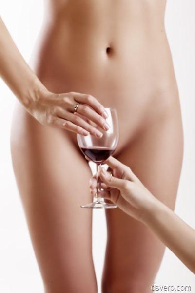 Голая девушка и бокал вина