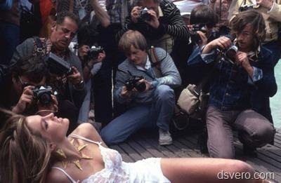 Фотографы напали на модель