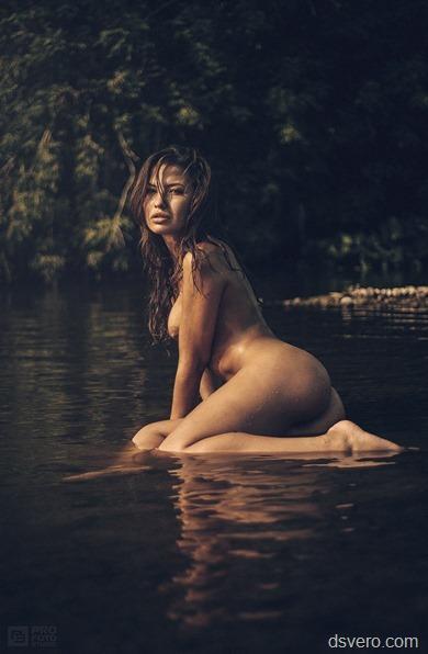 Голые девушки на озере