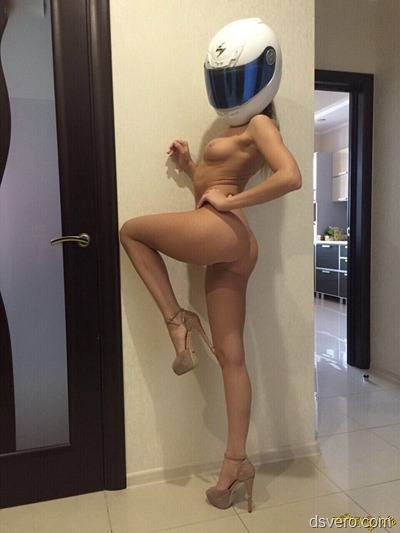 Голая девушка в шлеме