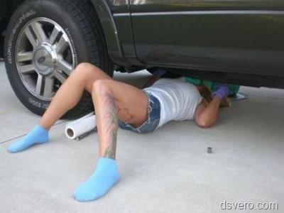 Девушка - автомеханик